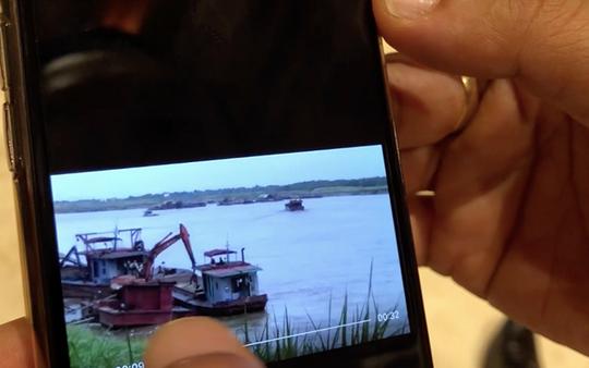 Chủ tịch Hà Nội trưng clip tàu cát tặc lộng hành cách tàu cảnh sát đường thủy 10 m - Ảnh 1.