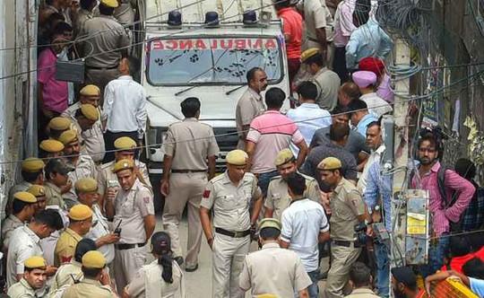 Vụ chết cả nhà ở Ấn Độ: Tự họ giúp nhau treo cổ - Ảnh 2.