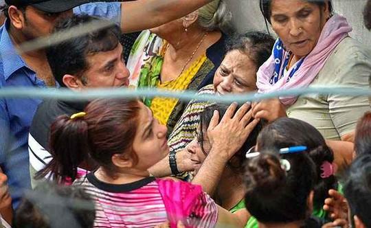 Vụ chết cả nhà ở Ấn Độ: Tự họ giúp nhau treo cổ - Ảnh 3.