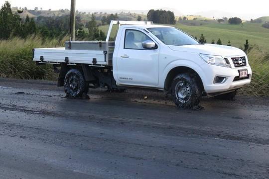 Úc: Nóng tới nỗi nhựa đường chảy nhão phá hỏng bánh xe - Ảnh 2.