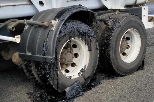 Úc: Nóng tới nỗi nhựa đường chảy nhão phá hỏng bánh xe - Ảnh 4.