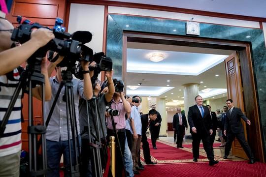 Tổng Bí thư Nguyễn Phú Trọng vui vẻ bắt tay Ngoại trưởng Mỹ Mike Pompeo - Ảnh 4.
