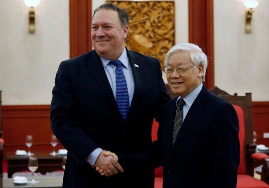Tổng Bí thư Nguyễn Phú Trọng vui vẻ bắt tay Ngoại trưởng Mỹ Mike Pompeo - Ảnh 1.