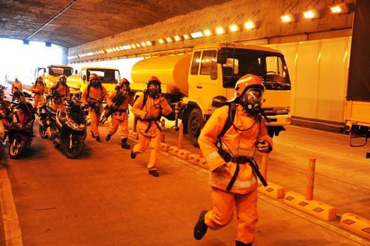 Hầm sông Sài Gòn cấm xe chiều ngày 11 và 12-8 - Ảnh 1.