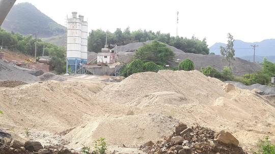 Vụ Ai cho phép khai thác cát làm đường?: Huyện vào cuộc kiểm tra khẩn cấp - Ảnh 1.