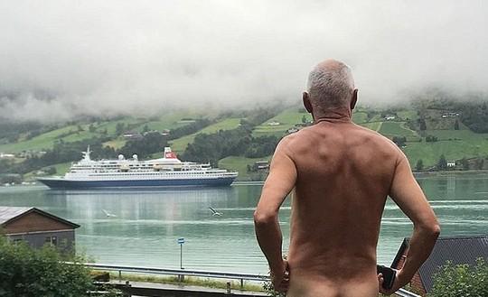 Chính trị gia 71 tuổi khỏa thân tỏ thái độ với du thuyền  - Ảnh 1.