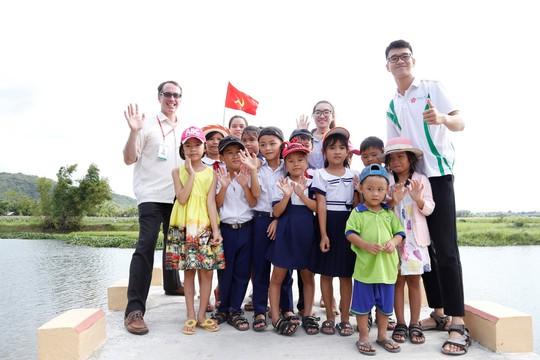 Sinh viên Trường ĐH Đông Á đóng góp xây dựng cầu Hoa vàng trên cỏ xanh - Ảnh 1.