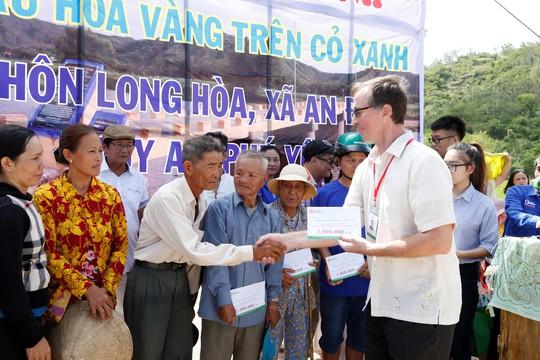 Sinh viên Trường ĐH Đông Á đóng góp xây dựng cầu Hoa vàng trên cỏ xanh - Ảnh 2.