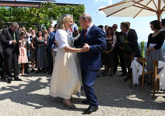 Ông Putin khiêu vũ với cô dâu tại đám cưới Bộ trưởng Ngoại giao Áo - Ảnh 3.