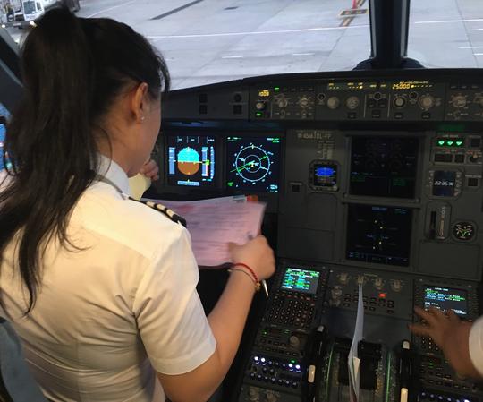 Nữ cơ trưởng Việt Nam đầu tiên của hãng hàng không giá rẻ - Ảnh 3.