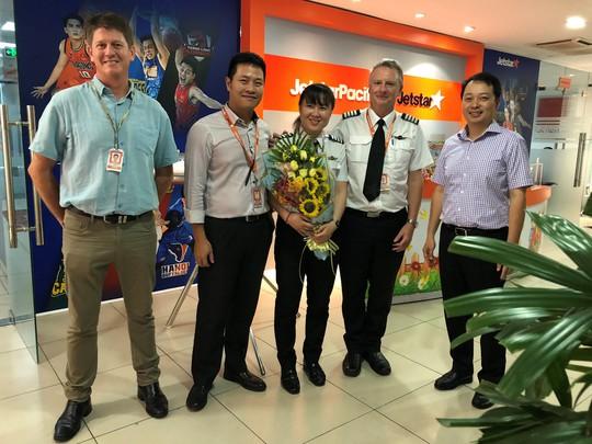 Nữ cơ trưởng Việt Nam đầu tiên của hãng hàng không giá rẻ - Ảnh 1.