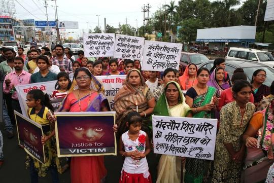 Ấn Độ: Tử hình 2 kẻ cưỡng hiếp bé gái 7 tuổi - Ảnh 1.