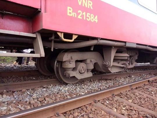 Đoàn tàu khách trật bánh ở Bình Thuận, đường sắt ách tắc - Ảnh 1.