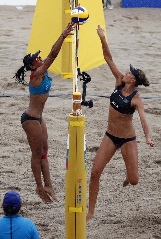 Bỏng mắt xem các nữ VĐV bóng chuyền bãi biển ASIAD - Ảnh 13.