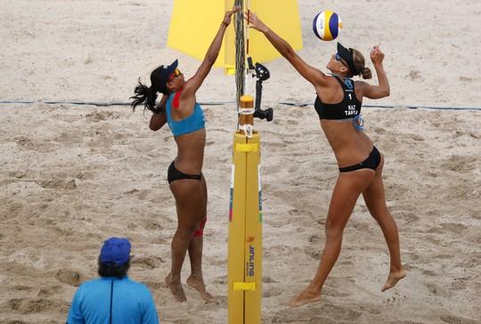 Bỏng mắt xem các nữ VĐV bóng chuyền bãi biển ASIAD - Ảnh 12.