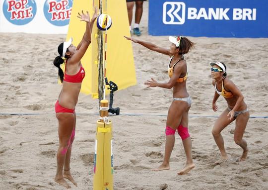 Bỏng mắt xem các nữ VĐV bóng chuyền bãi biển ASIAD - Ảnh 9.