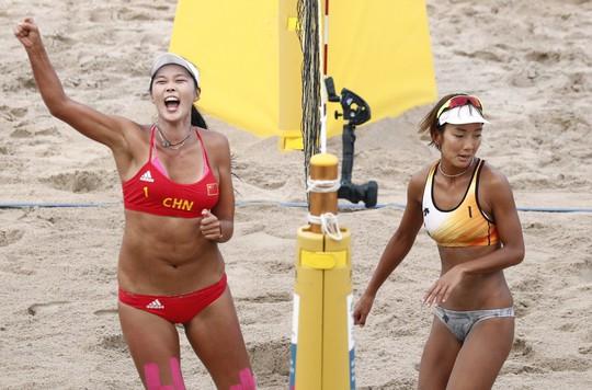 Bỏng mắt xem các nữ VĐV bóng chuyền bãi biển ASIAD - Ảnh 8.