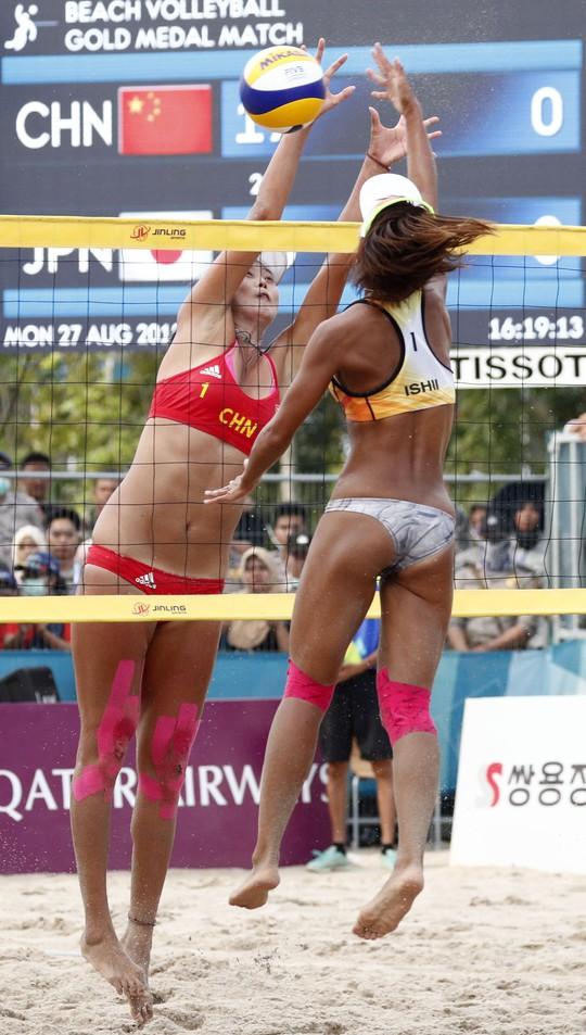 Bỏng mắt xem các nữ VĐV bóng chuyền bãi biển ASIAD - Ảnh 7.