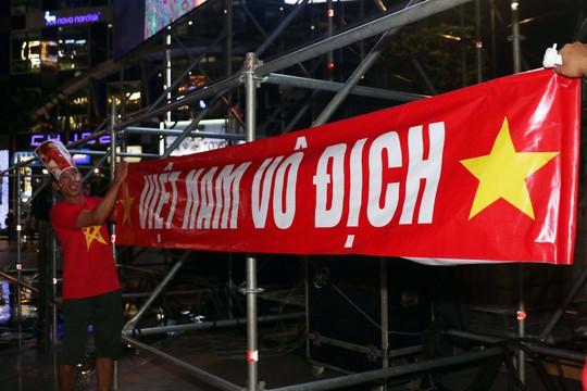 Mừng kỳ tích Olympic Việt Nam: Người hâm mộ không ngủ - Ảnh 3.