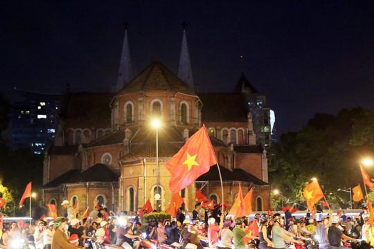 Mừng kỳ tích Olympic Việt Nam: Người hâm mộ không ngủ - Ảnh 18.