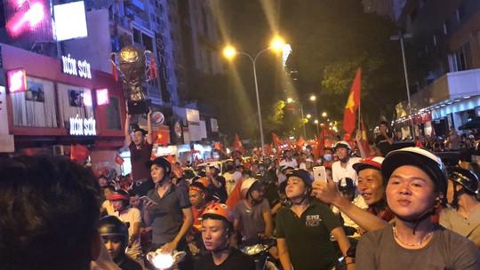 Mừng kỳ tích Olympic Việt Nam: Người hâm mộ không ngủ - Ảnh 19.