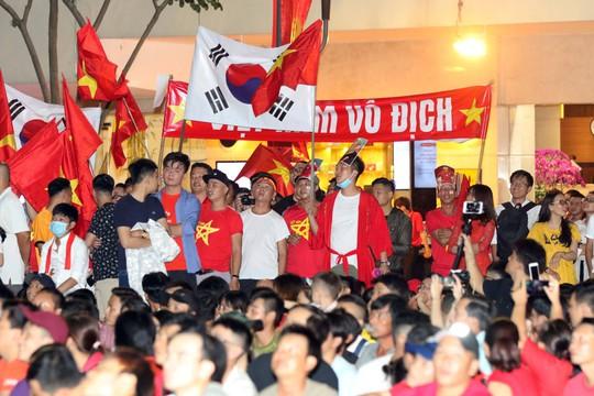 Mừng kỳ tích Olympic Việt Nam: Người hâm mộ không ngủ - Ảnh 1.