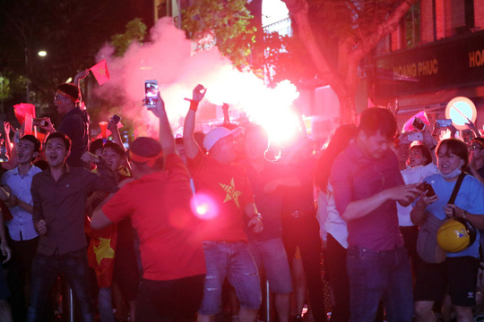Mừng kỳ tích Olympic Việt Nam: Người hâm mộ không ngủ - Ảnh 4.