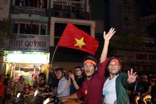 Mừng kỳ tích Olympic Việt Nam: Người hâm mộ không ngủ - Ảnh 22.