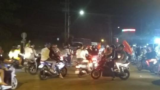 Mừng kỳ tích Olympic Việt Nam: Người hâm mộ không ngủ - Ảnh 37.
