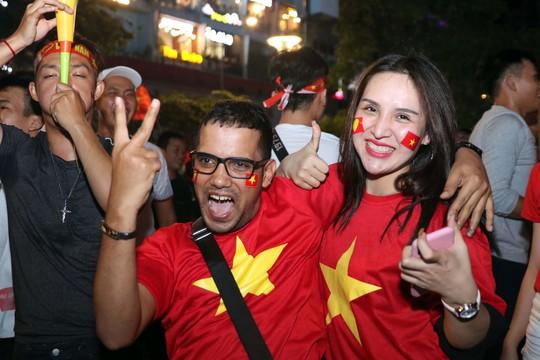 Mừng kỳ tích Olympic Việt Nam: Người hâm mộ không ngủ - Ảnh 23.