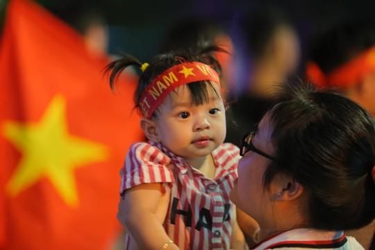 Mừng kỳ tích Olympic Việt Nam: Người hâm mộ không ngủ - Ảnh 9.