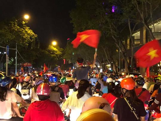 Mừng kỳ tích Olympic Việt Nam: Người hâm mộ không ngủ - Ảnh 14.