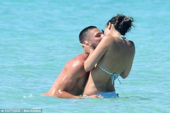 Giroud khoe cơ bụng 6 múi khi nghỉ dưỡng với vợ - Ảnh 6.