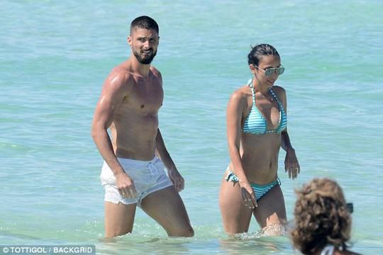 Giroud khoe cơ bụng 6 múi khi nghỉ dưỡng với vợ - Ảnh 3.