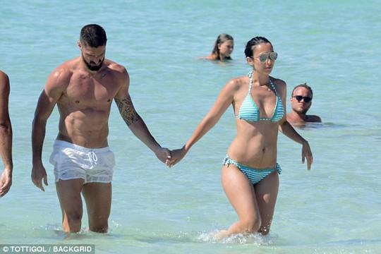 Giroud khoe cơ bụng 6 múi khi nghỉ dưỡng với vợ - Ảnh 2.