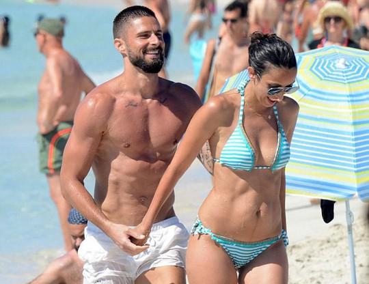 Giroud khoe cơ bụng 6 múi khi nghỉ dưỡng với vợ - Ảnh 4.