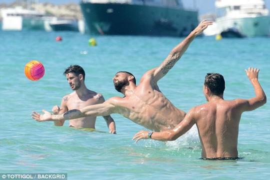 Giroud khoe cơ bụng 6 múi khi nghỉ dưỡng với vợ - Ảnh 1.