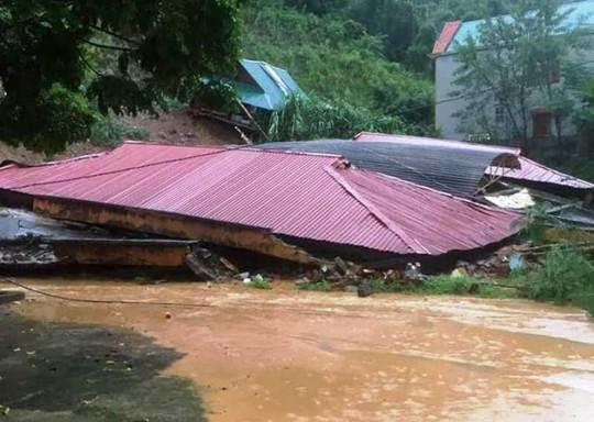 Kinh hoàng cảnh ngôi nhà 2 tầng bất ngờ đổ xuống sông Lò - Ảnh 5.