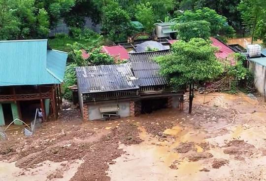 Kinh hoàng cảnh ngôi nhà 2 tầng bất ngờ đổ xuống sông Lò - Ảnh 7.