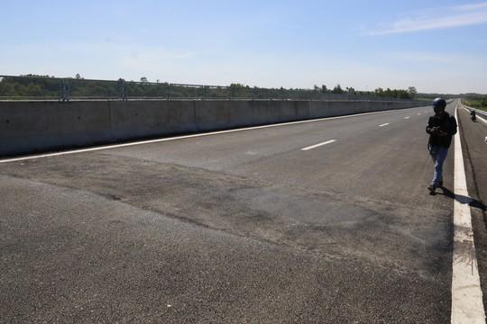 Cận cảnh cao tốc 34.500 tỉ đồng ô tô đi lộc cộc, lộc cộc - Ảnh 8.