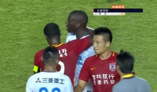 Cựu sao Chelsea bị cầu thủ Trung Quốc phân biệt chủng tộc  - Ảnh 2.