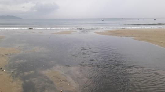 Nước thải đen ngòm lại tuôn ra biển Đà Nẵng lúc trời đang mưa - Ảnh 8.