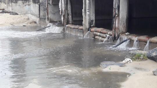 Nước thải đen ngòm lại tuôn ra biển Đà Nẵng lúc trời đang mưa - Ảnh 2.