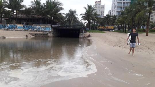 Nước thải đen ngòm lại tuôn ra biển Đà Nẵng lúc trời đang mưa - Ảnh 5.