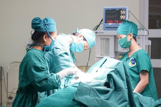 Ăn khó tiêu, vào viện phát hiện vòng hai u khủng - Ảnh 2.