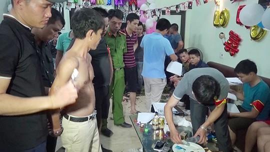 Trác táng trong bữa tiệc sinh nhật vợ bé của đại gia - Ảnh 1.
