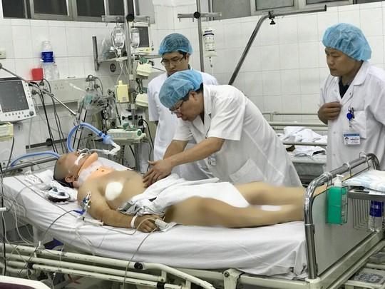 Vụ tai nạn 13 người chết ở Lai Châu: Chuyển 3 nạn nhân về Hà Nội chữa trị - Ảnh 1.