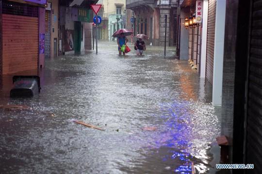 Trung Quốc chống chọi bão Mangkhut, 2 người thiệt mạng - Ảnh 9.