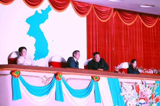 Lãnh đạo Hàn - Triều nâng ly trong bữa tiệc thịnh soạn - Ảnh 8.
