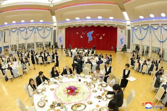 Lãnh đạo Hàn - Triều nâng ly trong bữa tiệc thịnh soạn - Ảnh 6.